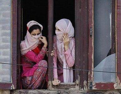 Kashmiri women watching a rally in Srinagar under CC license on Flickr by Kashmir Global