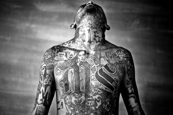 A members of the Mara Salvatrucha gang displays his tattoos inside the Chelatenango prison in El Salvador by markarinafotos with cc license from Flickr